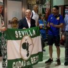 Setién posa junto a Serra Ferrer en el aeropuerto de San Pablo (Foto: R. Román)