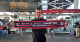 Álex Alegría posa con la bufanda del Levante (Foto: LUD)