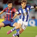 Canales controla un balón ante Bóveda (Foto: EFE).