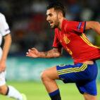 Ceballos es agarrado en el España-Italia jugado en el Europeo sub 21 (Foto: AFP)