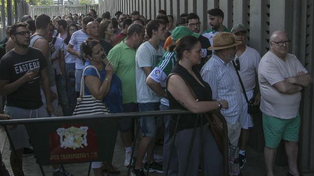 Colas en las taquillas en la campaña de abonos (Foto: M. J. López)