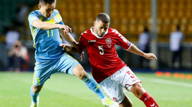 Durmisi trata de marcharse de Muzhikov en el Kazajstán-Dinamarca valedero para el Mundial 2018 (Foto: Reuters)