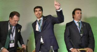 Ángel Haro saluda a los accionistas durante la junta (Foto: Jesús Spínola)