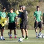 Setién da instrucciones a los jugadores del Betis en Montescastillo (foto: Paco Martín)
