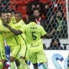 Camarasa corre a felicitar a Feddal tras el gol anotado por el marroquí con el Levante en Gijón (Foto: EFE)