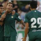 Nahuel y Narváez felicitan a Camarasa por un gol (Foto: Paco Martín)