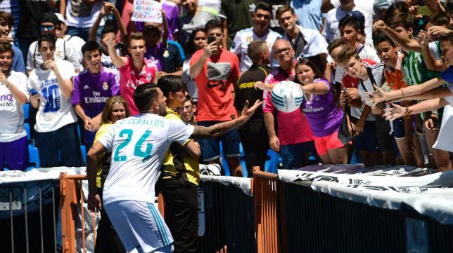 Ceballos lanza un balón a los aficionados en su presentación como jugador del Real Madrid (Foto: AFP)
