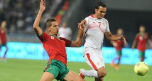Feddal disputa un balón en un encuentro jugado con Marruecos ante Túnez (Foto: AFP)