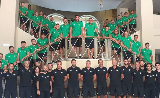 Foto oficial de la plantilla del Betis en el hotel de Montecastillo