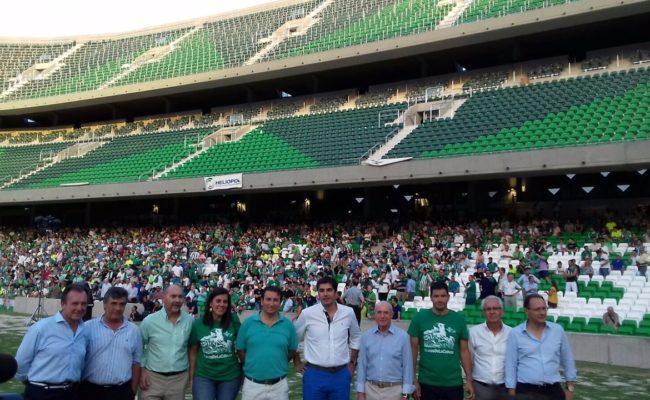 Ángel Haro y Serra, entre otros, posan ante Gol Sur con los aficionados presentes