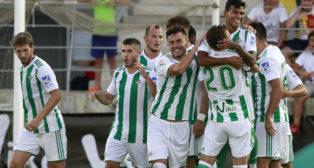 Los jugadores del Betis celebran el gol de Nahuel ante el Vitória FC (Foto: EFE)