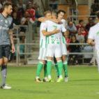 Joaquín felicita a Sergio León por el gol en el Benfica-Betis (Foto: LOF)
