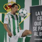 Guardado toca balón con la equipación bética (Foto: Raúl Doblado).