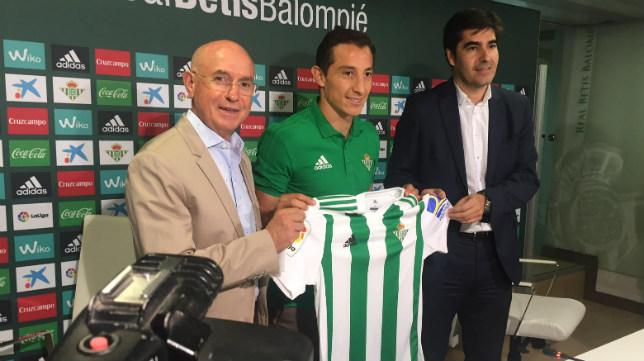 Andrés Guardado posa junto a Serra Ferrer y Ángel Haro en su presentación