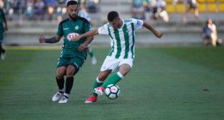 Julio se marcha de un jugador del Vitoria (Foto: Real Betis).