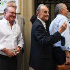 Manuel Ruiz de Lopera, acompañado de Manuel Castaño y su gente de confianza (Foto: J. J. Úbeda)