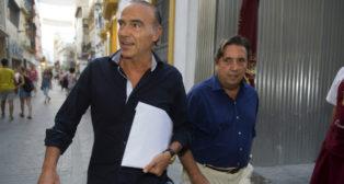Oliver llega junto a Zulategui a la notaría (Foto: J. J. Úbeda)