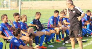 Juan Sabas da instrucciones a sus jugadores en un partido de la pretemporada del Extremadura (Foto: @sabitas_19)