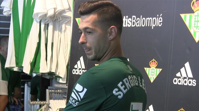 Sergio León, posando con la segunda camiseta del Betis