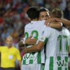 Joaquín felicita a Sergio León por el gol en el Benfica-Betis (Foto: RBB)