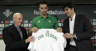 Serra Ferrer y Ángel Haro presentan a Feddal como nuevo jugador del Betis (Foto: Juan Flores)