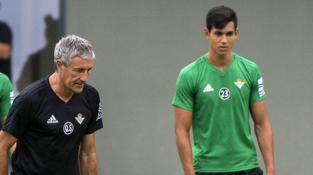 Quique Setién y Mandi, en un entrenamiento del Betis (foto: J. J. Úbeda)