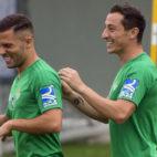 Guardado y Durmisi, en un entrenamiento del Betis (foto: J. J. Úbeda)