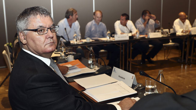 El presidente de la Asociación de Clubes de Baloncesto (ACB), Francisco Roca, durante la asamblea general de la ACB celebrada hoy en Madrid en la que se estudia la admisión del Betis en la Liga Endesa tras un auto judicial que así lo pide (foto: EFE/Mariscal)