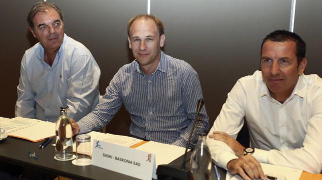 Los representantes del Real Madrid, Juan Carlos Sánchez; Baskonia, Félix Fernández y FC Barcelona, Nacho Rodríguez, durante la asamblea general de la ACB (EFE/Mariscal)