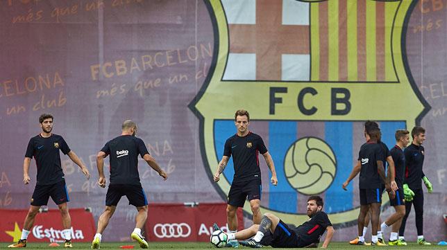 Los jugadores del Barcelona durante el entrenamiento previo al partido ante el Betis (EFE/Alejandro García)