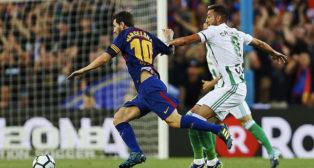 Camarasa trata de frenar a Messi (foto: EFE/Alejandro García)