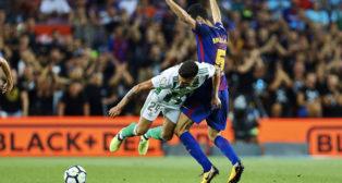 Narváez es derribado por Busquets (foto: EFE/Alejandro García)