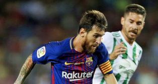 Javi García trata de frenar a Messi (foto: EFE/Alejandro García)