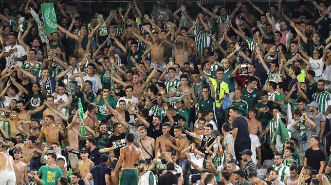 Aficionados del Betis durante el partido ante el Celta (EFE/José Manuel Vidal)