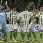 Los jugadores del Betis celebran el triunfo ante el Celta (Foto: Juan Flores).