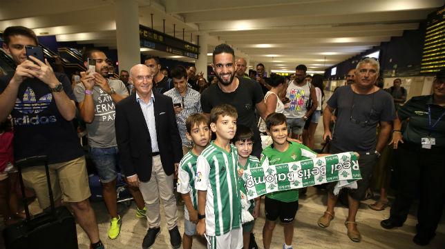 Serra recibió a Boudebouz en el aeropuerto de San Pablo (Foto: J. M. SERRANO)