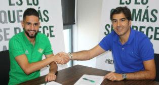 Boudebouz y Ángel Haro durante la firma del contrato (Foto: RBB)