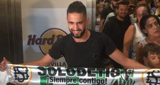 Boudebouz posa a su llegada a Sevilla
