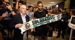 Boudebouz posa con Serra Ferrer a su llegada a Sevilla. Foto: J. M. Serrano