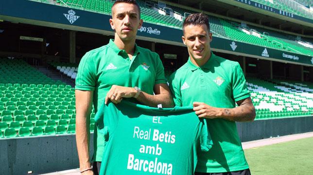Feddal y Tello, con la camiseta de apoyo (foto: Real Betis)