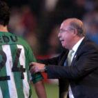 Lorenzo Serra Ferrer alecciona a Edu en un partido (Foto: ABC)