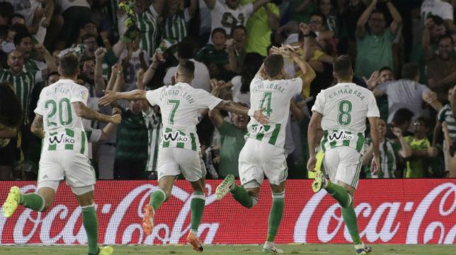 Tello, Sergio León y Camarasa celebran el gol de Feddal ante el Celta (Foto: Juan Flores)