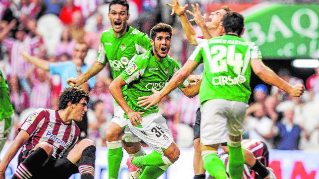 Pozuelo celebra su gol en San Mamés en 2012 junto a Jorge Molina y Rubén Castro