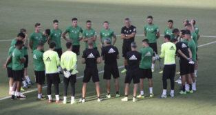 Setién charla con sus jugadores antes de un entrenamiento. Foto: Juan Flores