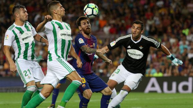 Tosca y Feddal disputan un balón con Messi (Foto: AFP)