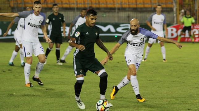 Nahuel controla el balón ante Borja Valero en el Inter-Betis. Foto: Real Betis