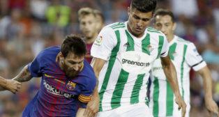 Narváez presiona a Messi en el partido jugado en el Camp Nou (Foto: EFE)