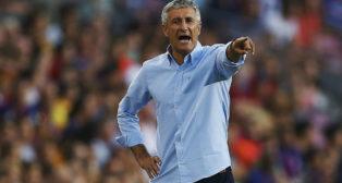 Quique Setién da instrucciones a sus jugadores en el Camp Nou (Foto: EFE)