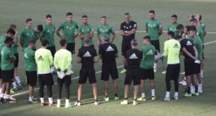 Charla de Quique Setién con los jugadores antes del inicio de un entrenamiento (Foto: Juan Flores)