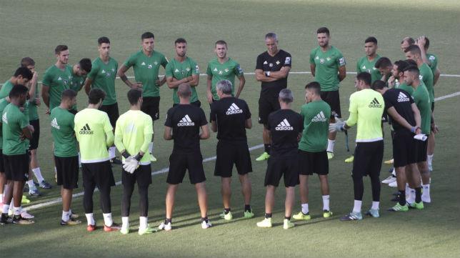 Charla de Quique Setién con los jugadores antes del inicio del entrenamiento (Foto: Juan Flores)